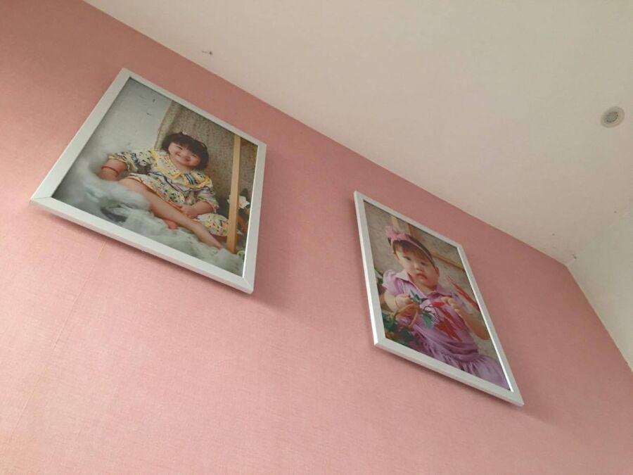 Khung ảnh canvas in hình bé trong phòng ngủ