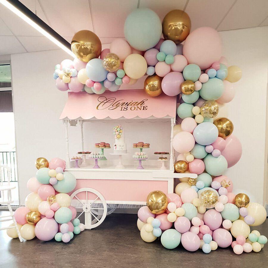 Trang trí bong bóng xe kem cho bé gái tại nhà