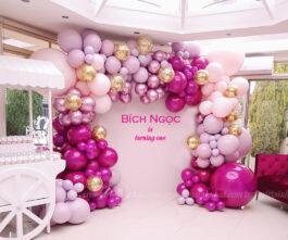 Trang trí bong bóng sân khấu sinh nhật hồng sánh sen