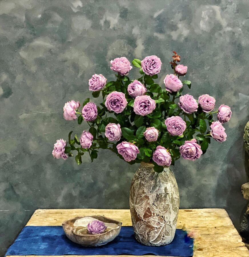Cành hoa này cứng, màu hoa khá kén bình nên e chọn màu trung tính