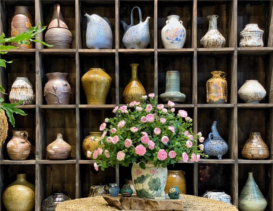 Hoa hồng Mon nhiều e chọn miệng loe, màu xanh lá và màu hồng của hoạ tiết bình hợp màu hoa