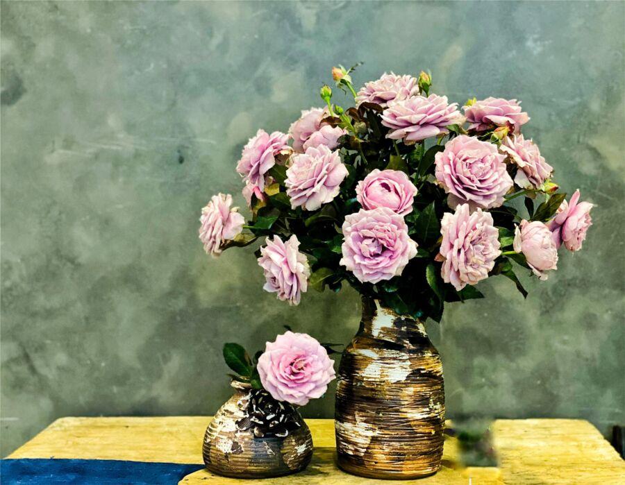 Dáng bình dễ cắm nên hoa dễ đẹp. Bình cao khoảng 20cm là cắm hoa hồng dễ nhất nho những hoa ngắn