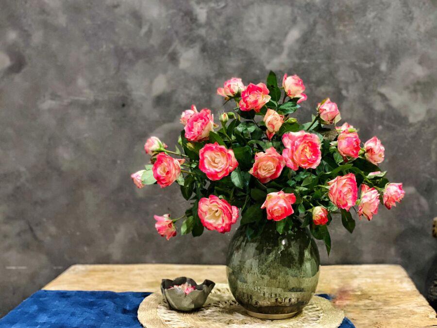 Cành ngắn, hoa loang màu nên e chọn bình nhạt loang thấp, miệng nhỏ 8cm