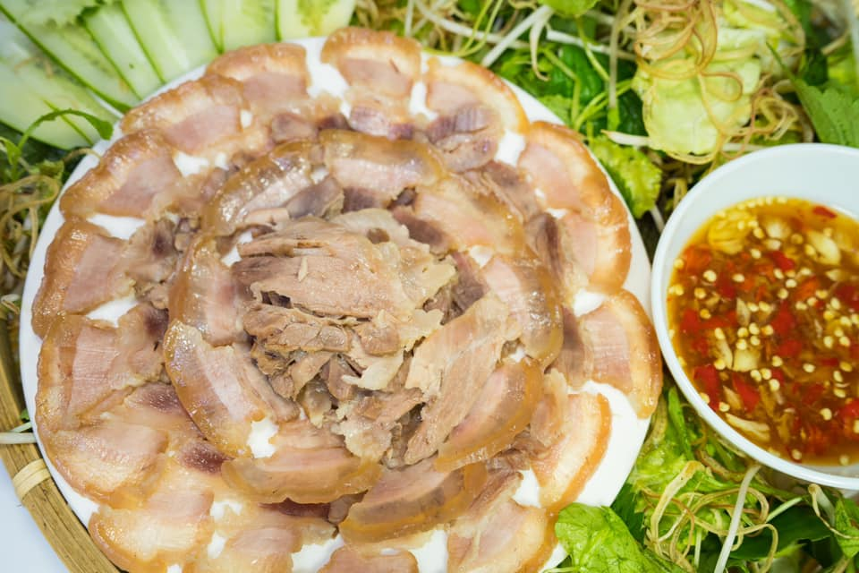 thành phẩm món thịt ngâm mắm có lớp mỡ trong veo và lớp nạt vàng ươm