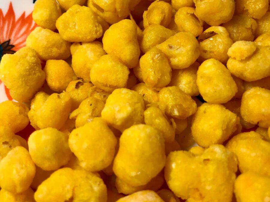 những hạt bắp ngô vừa chiên xong, ko bị nát , màu lên rất đẹp, ăn bên ngoài giòn, bên trong hạt bắp căng mọng cực ngon