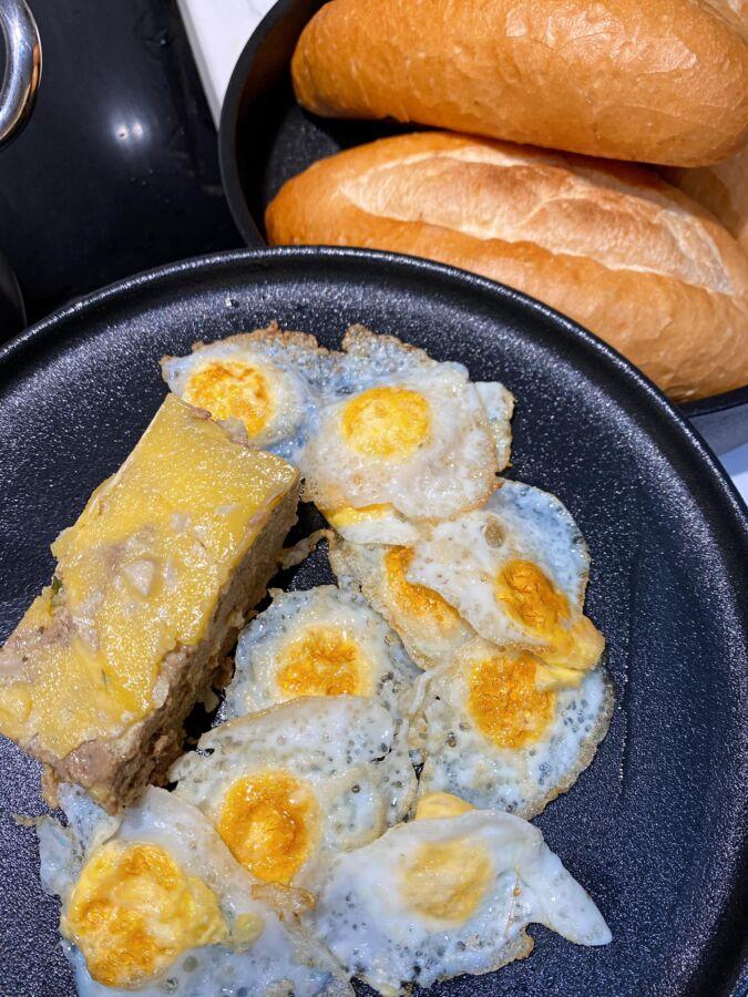 trứng cút ốp la và pate ăn kèm với bò sốt vang siêu hợp vị