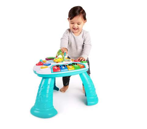 Trẻ mới biết đi chơi trên bàn hoạt động