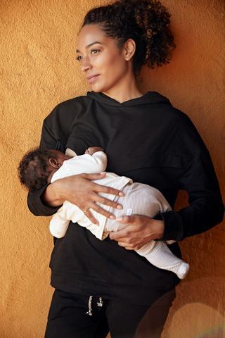 Rachel Nicks, người sáng lập Birth Queen, cho con trai bú sữa mẹ