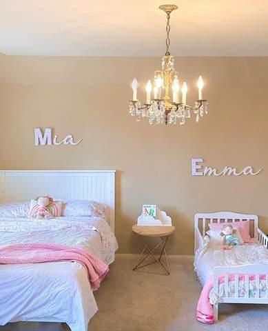 Phòng trẻ em chung với giường đôi và giường nhỏ cho trẻ mới biết đi
