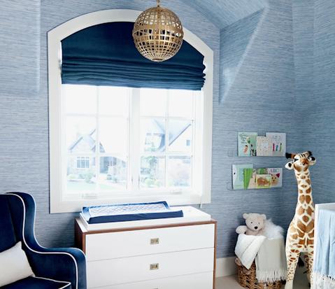 Một nhà trẻ màu xanh nhạt với cửa sổ màu xanh đậm.