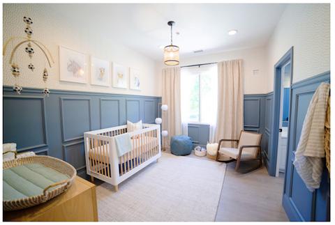 Phòng trẻ được ốp gỗ sơn màu xanh đậm.