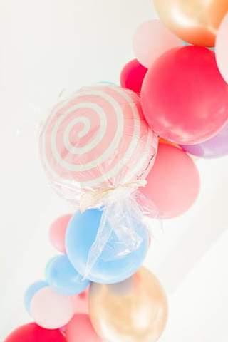 Bóng bay màu kẹo, cộng với một quả bóng bay trông giống như một quả bóng bay sọc cho một buổi tắm mùa thu cho em bé