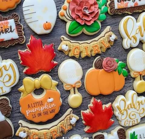 Bánh quy bí ngô và lá đầy màu sắc cho bé tắm mùa thu