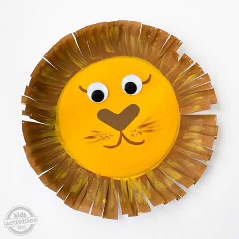 Một khuôn mặt sư tử làm từ đĩa giấy.