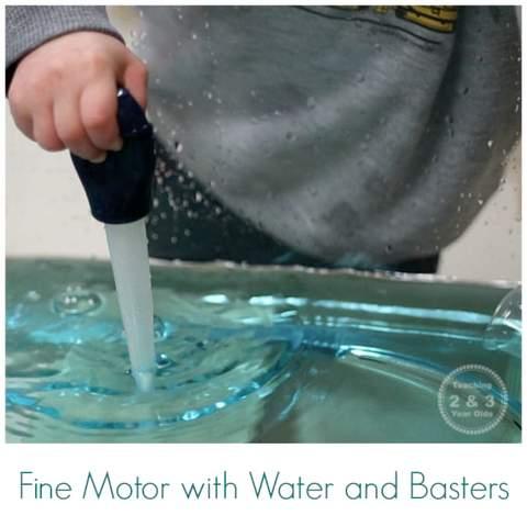Trẻ mới biết đi sử dụng một cái đế để hút nước ra khỏi khay.