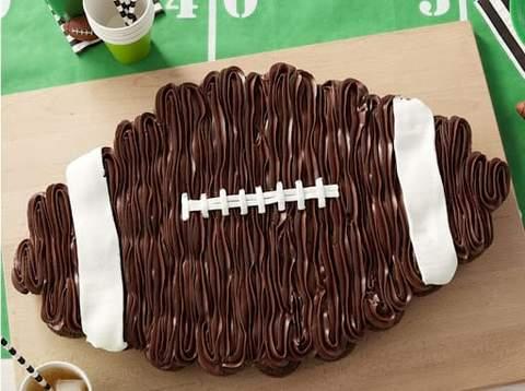 Bánh cupcake phủ sô cô la phủ sương trông giống như một quả bóng đá trong một buổi tắm mùa thu cho em bé