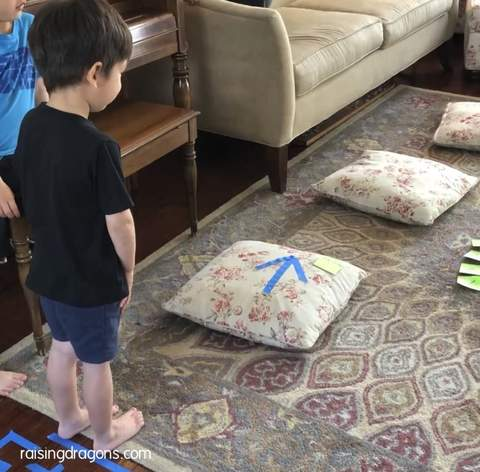 Trẻ mới biết đi đã sẵn sàng hoàn thành một cuộc vượt chướng ngại vật trong nhà làm từ gối
