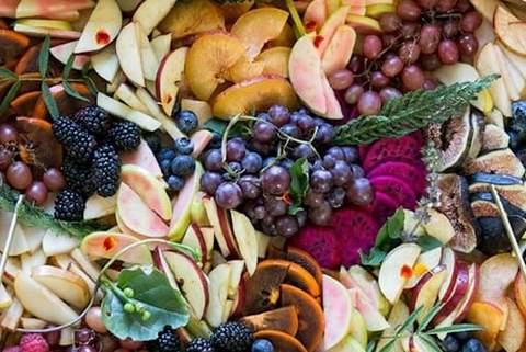 Một loạt nho tím, táo đỏ cắt lát, quả sung, quả mâm xôi, v.v. để tắm cho bé mùa thu
