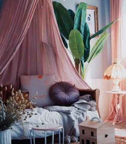 Phòng dành cho trẻ mới biết đi trông tinh tế với tông màu hoa cà.