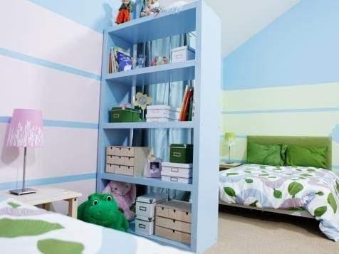 Phòng trẻ em chung với vách ngăn phòng có giá sách