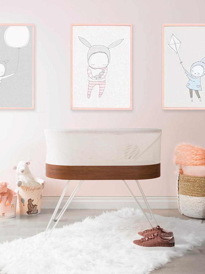 nhà trẻ với nôi SNOO và bức tường màu hồng
