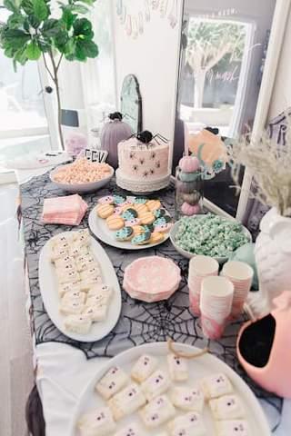 Các món ăn ma, mạng nhện, nhện và Frankenstein và trang trí bàn cho phòng tắm mùa thu cho bé