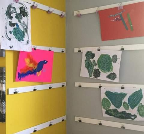 Tác phẩm nghệ thuật dành cho trẻ em được hiển thị trên dải từ tính với clip.