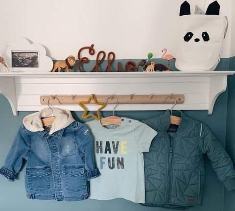 Móc treo quần áo trong phòng dành cho trẻ mới biết đi để đựng áo khoác và áo phông cho trẻ mới biết đi.